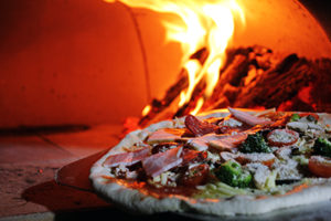 woodfired-pizza-making